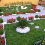 Decor gradina cu flori rosii