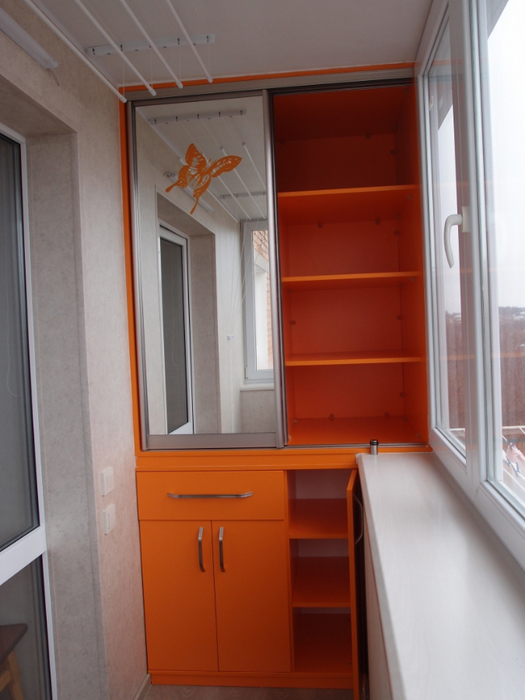 Dulap cu oglinda si rafturi portocalii balcon