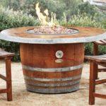 Foc de tabara din butoi din lemn