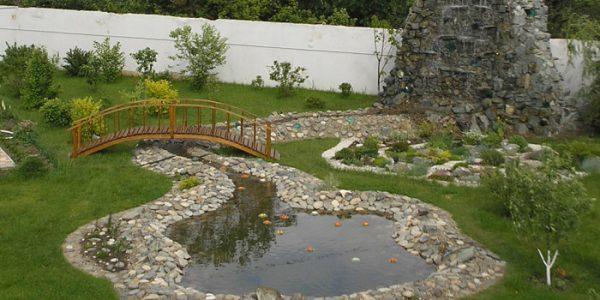 Lac de gradina cu pod si cascada