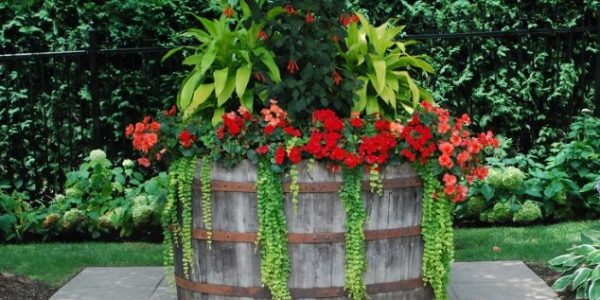 Suport flori multicolore din butoi din lemn
