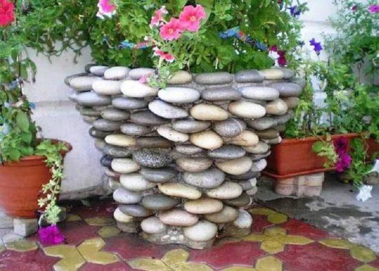 Vas de flori decorat cu pietre
