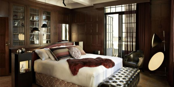 Dormitor matrimonial cu pereti de lemn