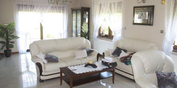 Living cu canapele albe din piele