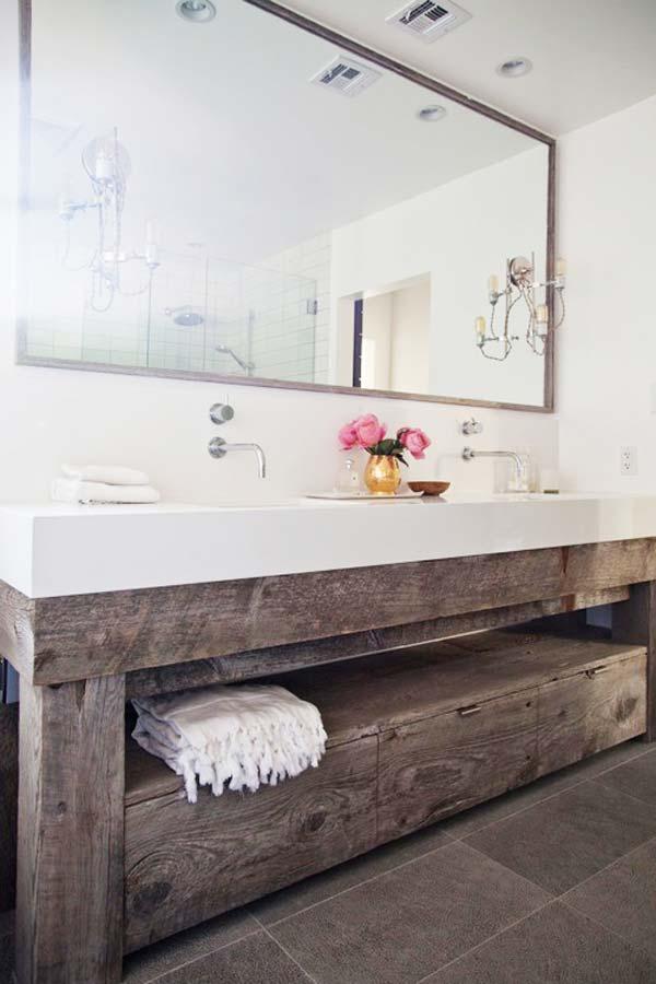 Baie moderna cu mobilier de lemn