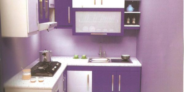 Bucatarie mica cu mobilier alb-violet