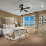 Dormitor cu mobilier de lemn