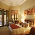 Dormitor cu usi si geamuri mari