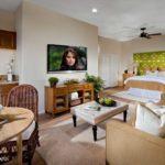 Dormitor matrimonial cu canapea si masa