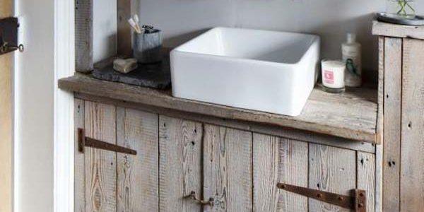 Mobilier baie din lemn refolosit